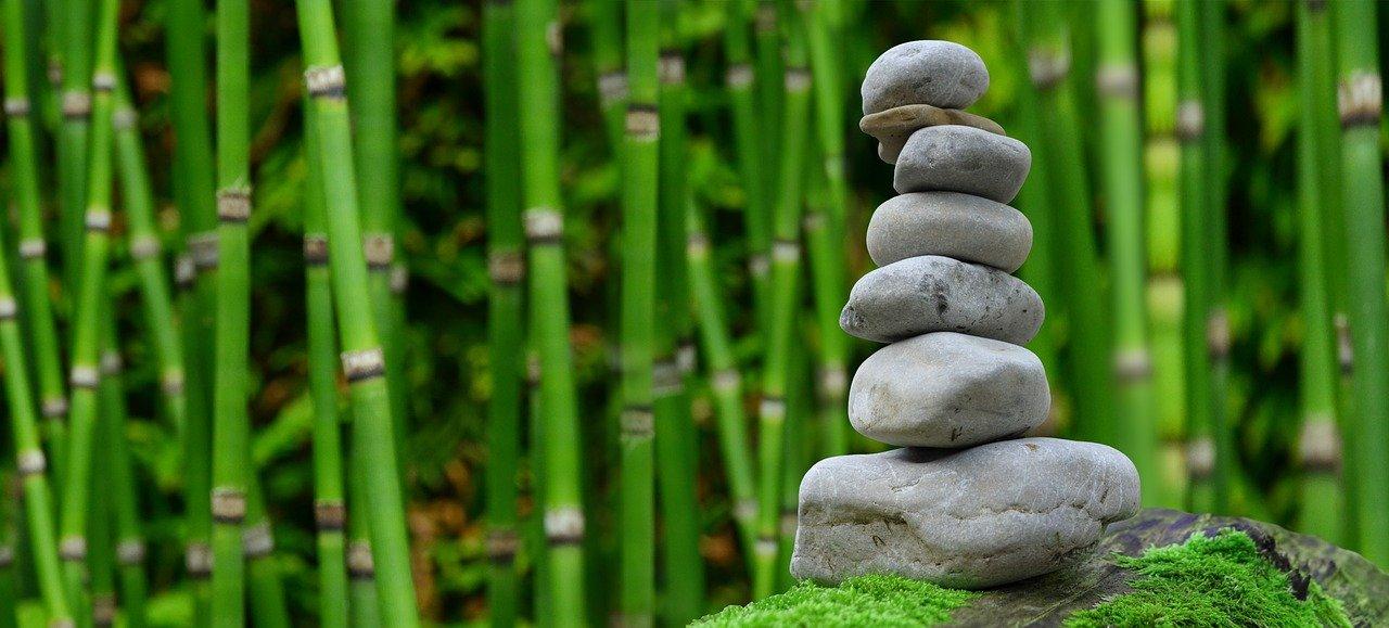 Steinstapel vor Bambus wie nachhaltig ist Bambus wirklich?