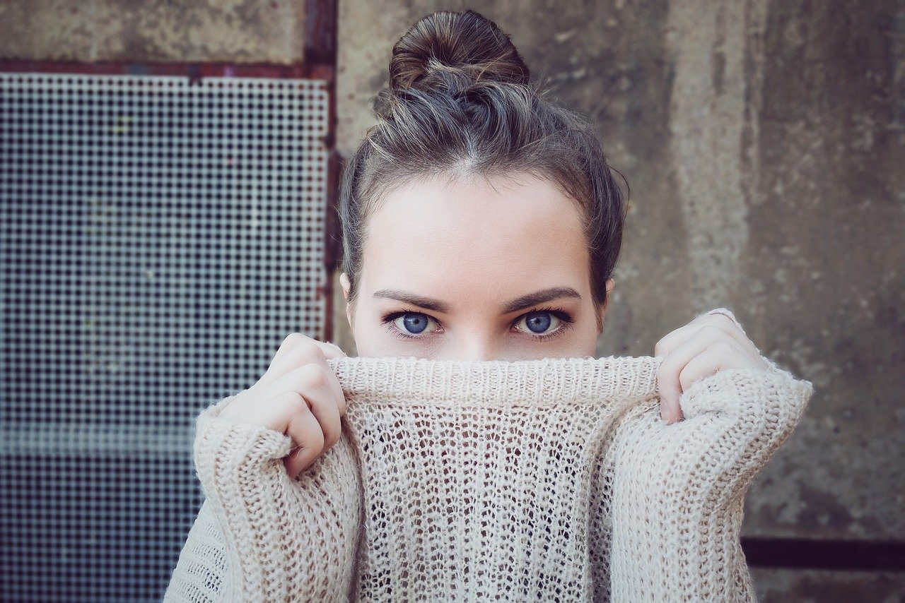 Wie nachhaltig ist HM junges Mädchen Pullover im Gesicht